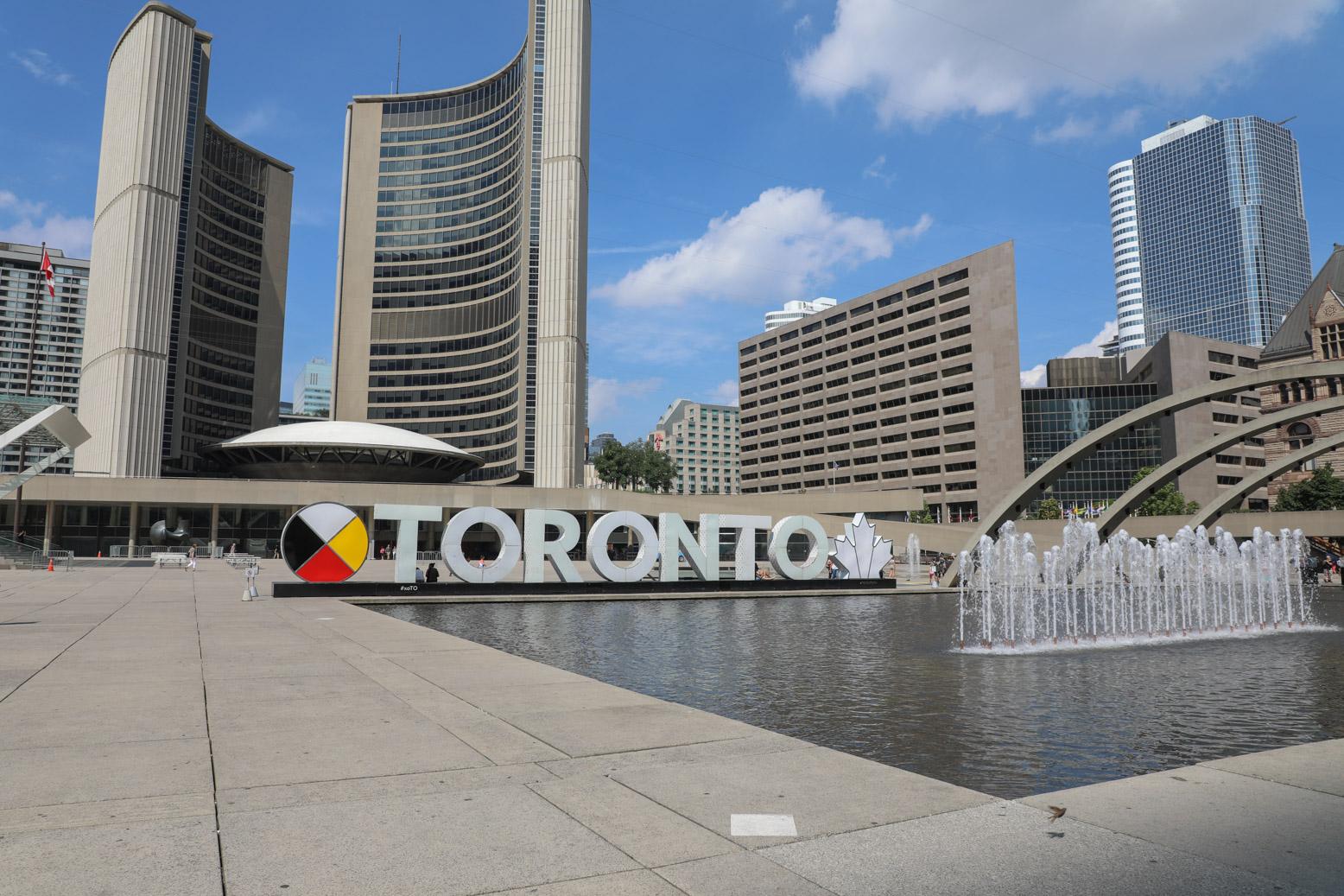 Het bekende Nathan Phillips Square in het hart van Toronto
