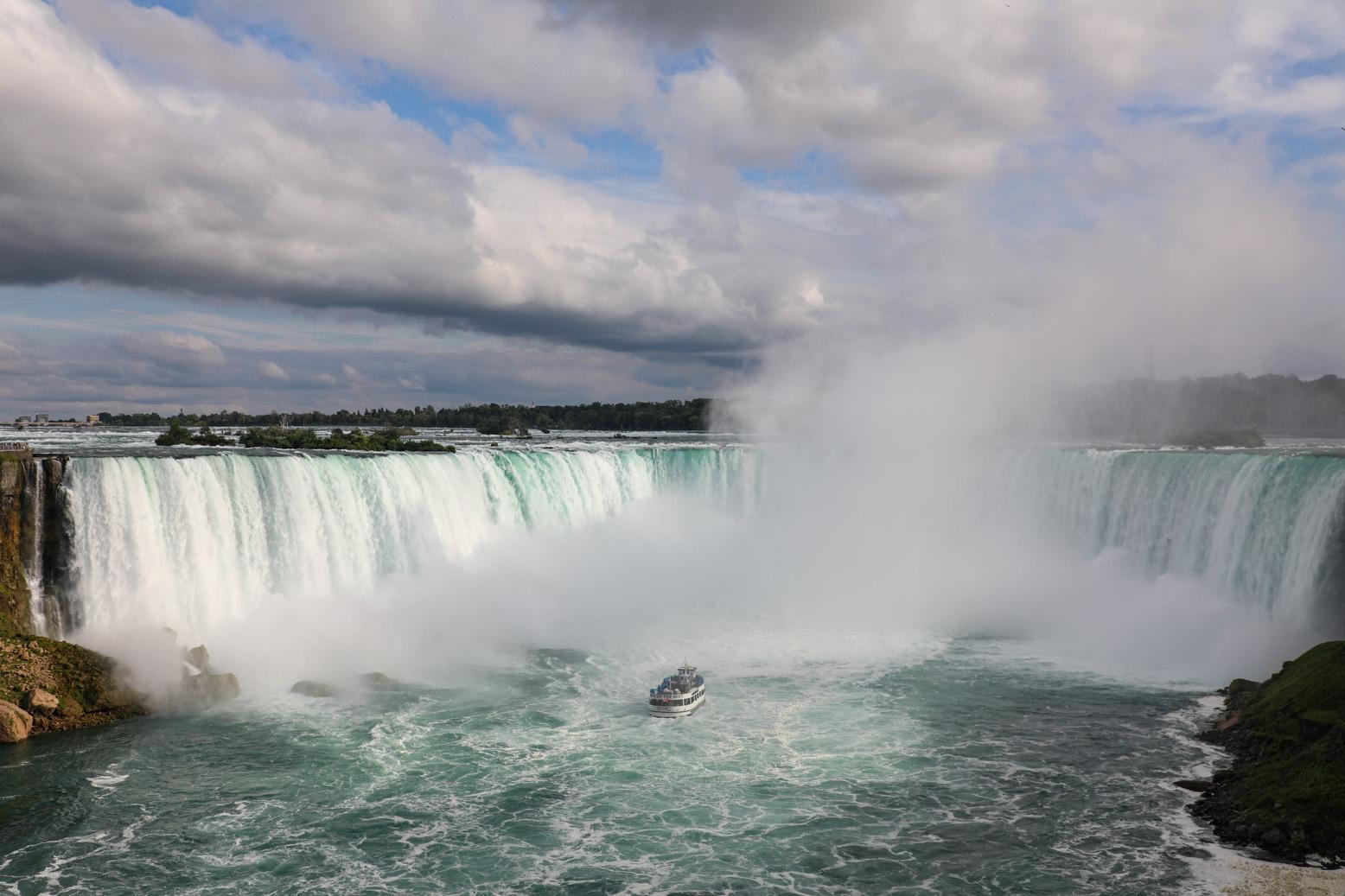 De indrukwekkende Niagara Falls liggen op anderhalf uur rijden van Toronto