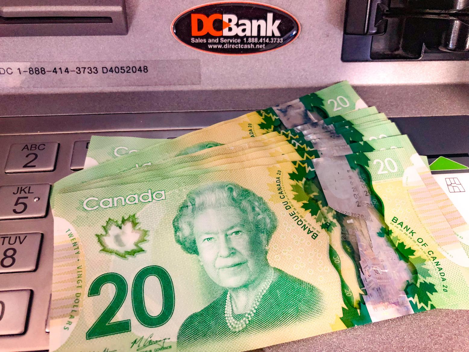 Canadese dollars die net door een geldautomaat uitgespuwd zijn.