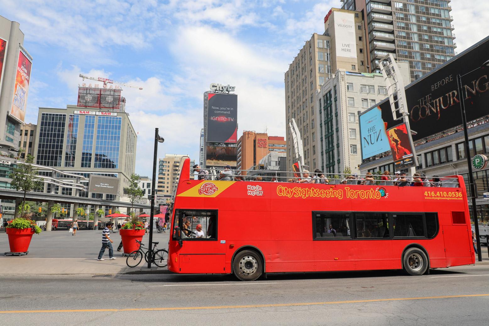 Met de hop-on-hop-off toeristenbus kun je Toronto op eenvoudige wijze bezoeken.