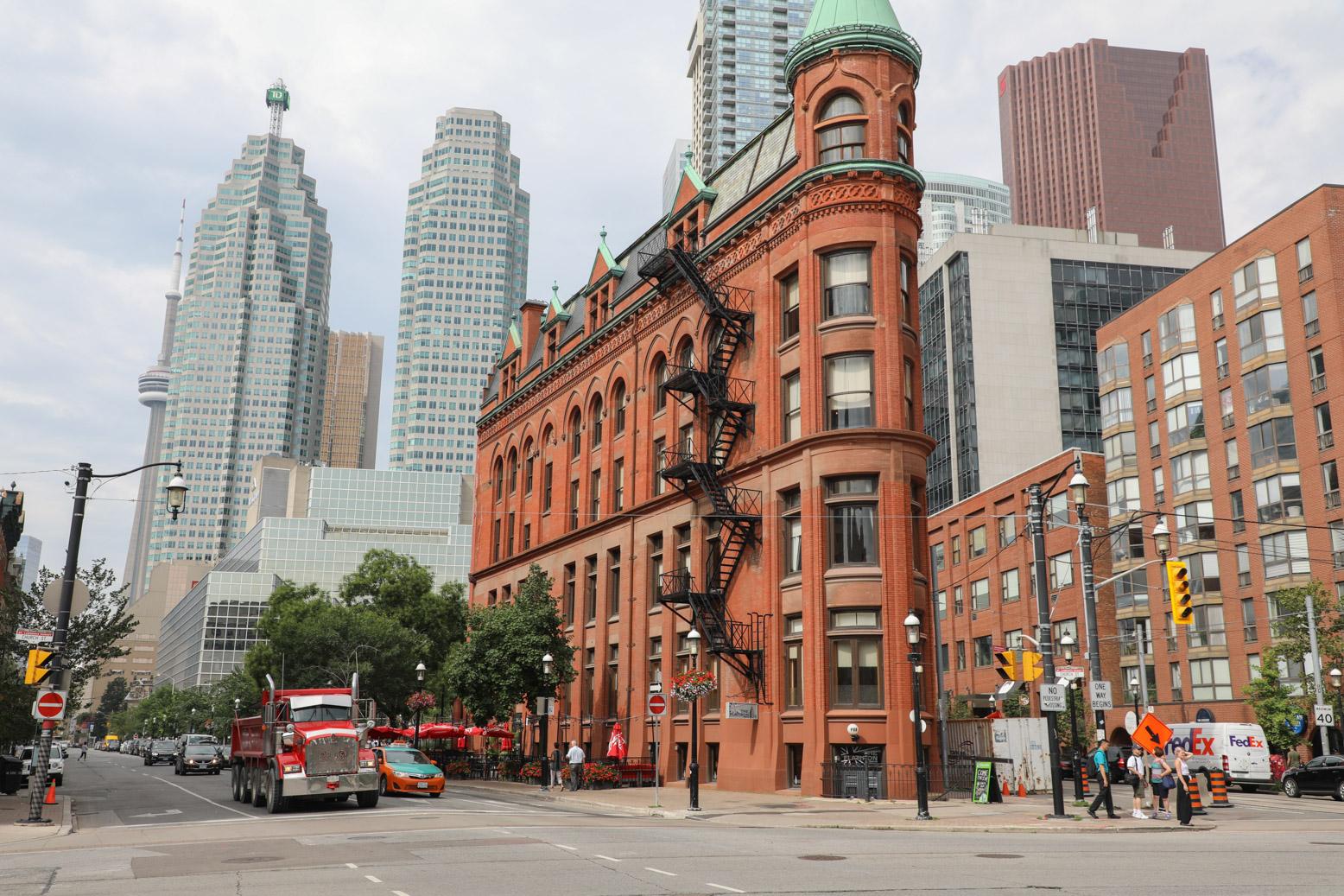 Het Flatiron Building in historisch Toronto met daarachter moderne wolkenkrabbers